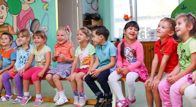 Kinder sitzen in einem Kreis