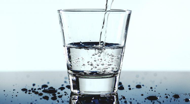 Ein glas wird mit Wasser aufgefüllt