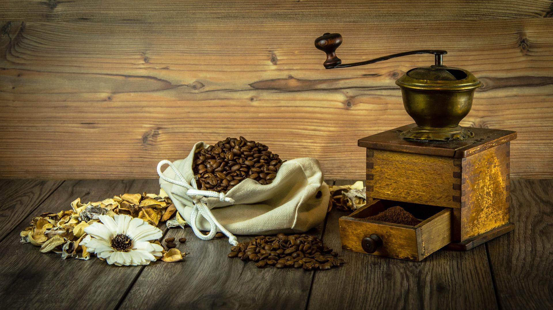 Alte Kaffeemühle und Kaffeebohnen